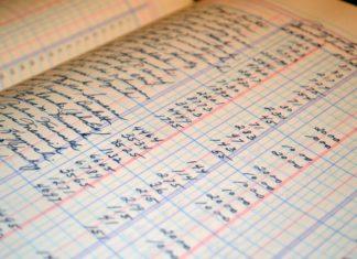 Ein Buch, in dem in Sütterlin Namen und Zahlen stehen.